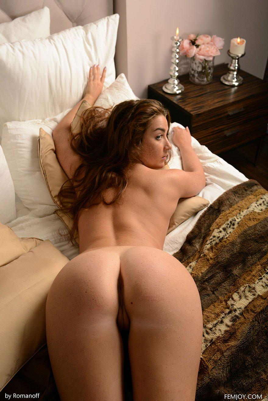 Рыженькая чика обнаженная в кровати
