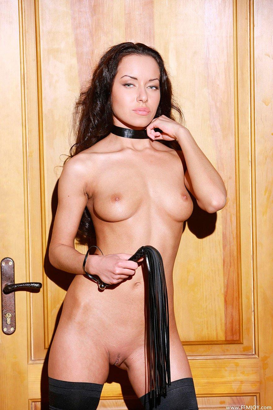 Красивая брюнетка с плеткой - фото эротика