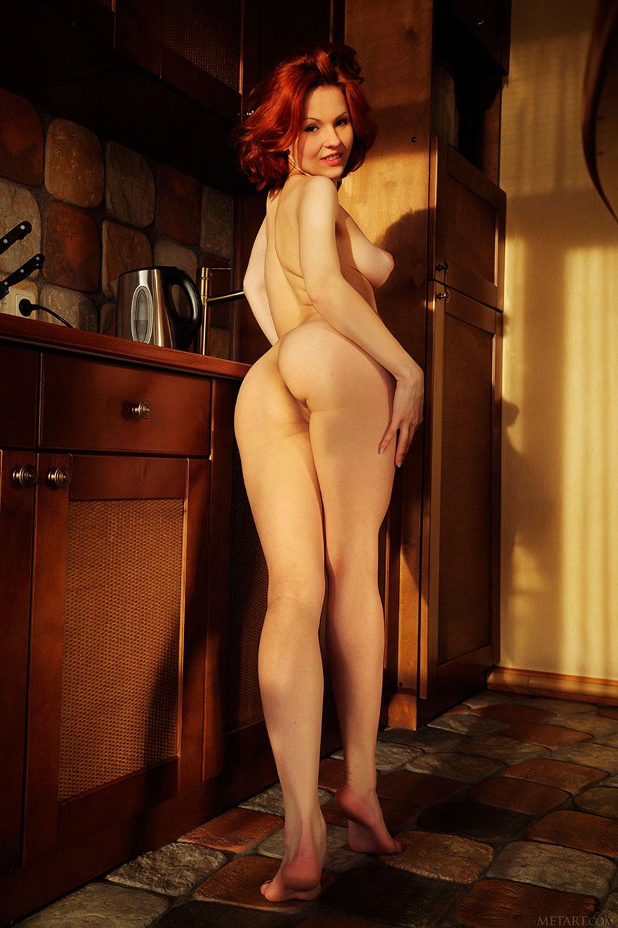 Рыжая с роскошными сисяндрами на кухне