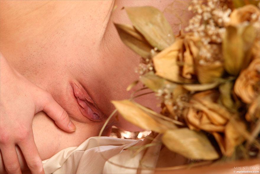 Эротические фотографии Юной тёлки с букетом секс фото