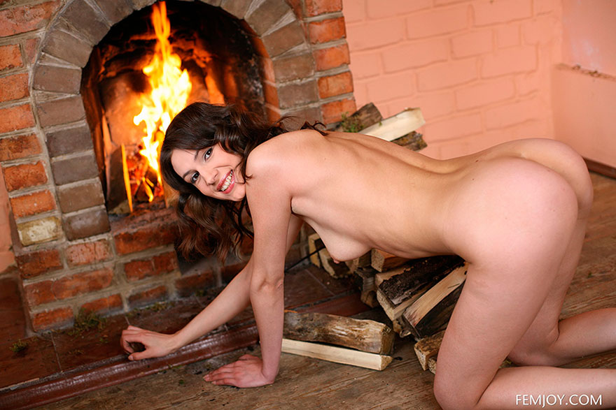 Девушка голая у камина фото 594-993