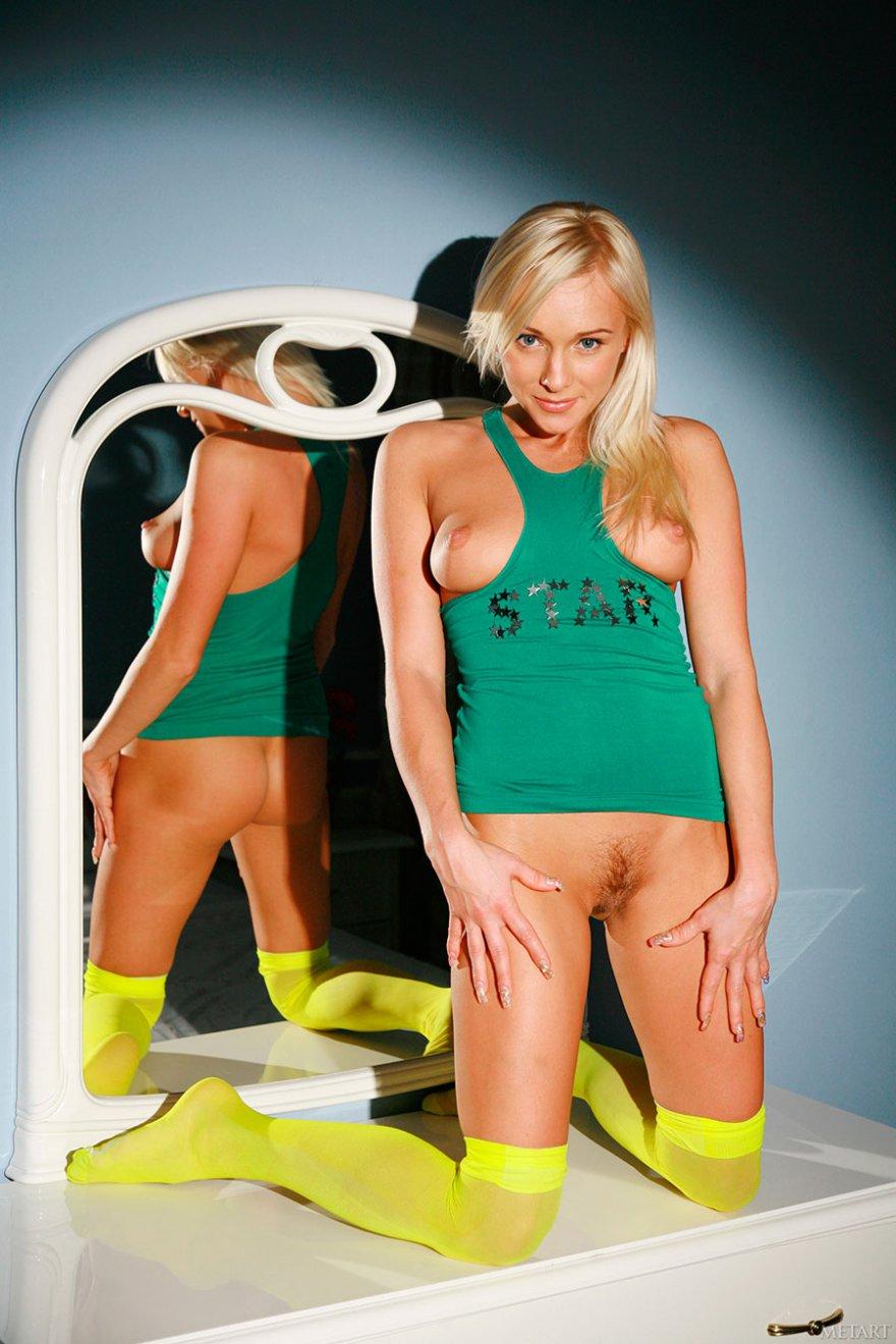 Похотливая блондинка с хорошенькой попой перед зеркалом смотреть эротику