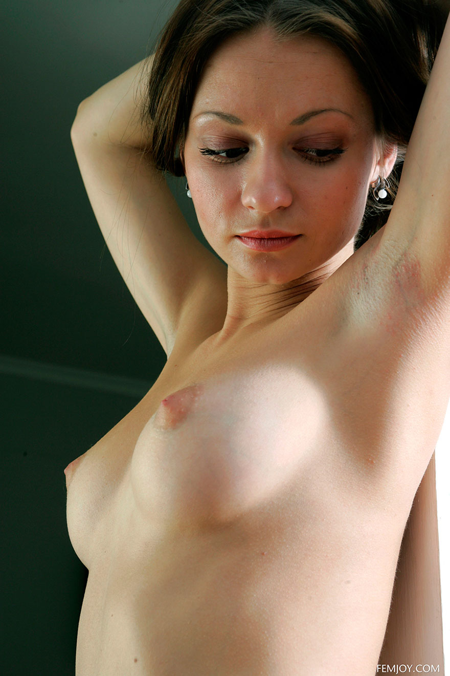 Голая девушка с красивой грудью - фото эротика
