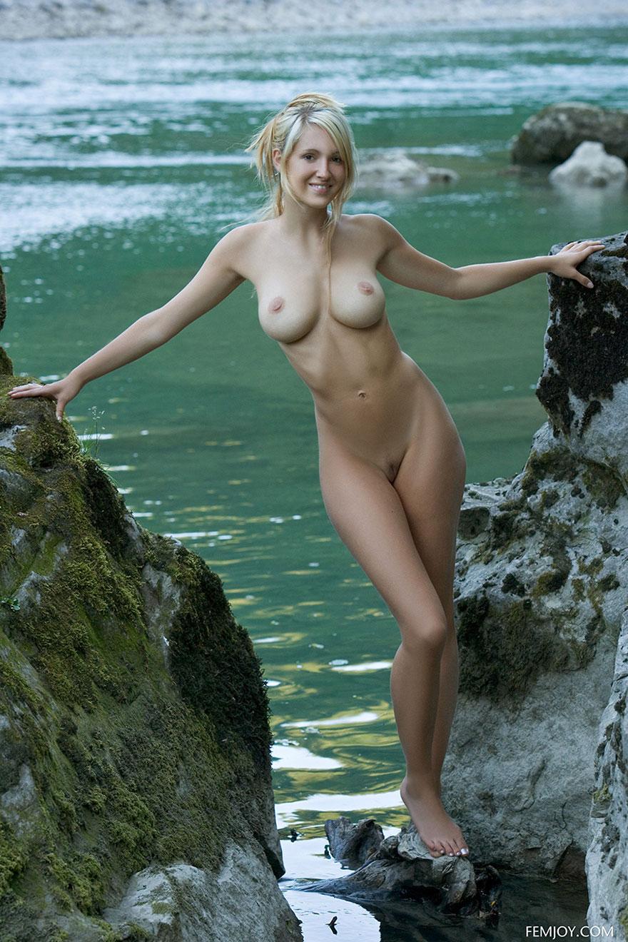 19-летняя светловолосая девушка с упругим бюстом около реки секс фото