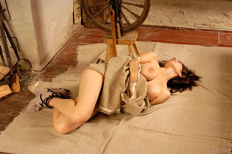 Брюнетка с большими сиськами в избе - фото эротика