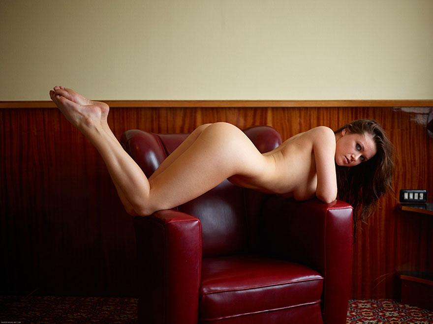 Гибкая модель в кресле - секс фото