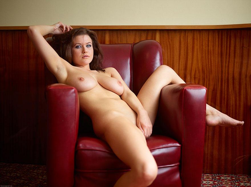 Эротические фото девушки в кресле