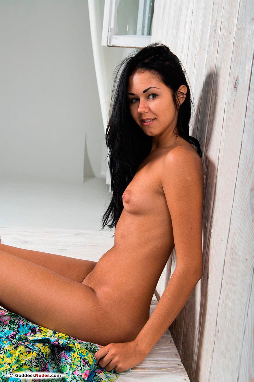 Молоденькая модель с темными волосами ест клубнику секс фото