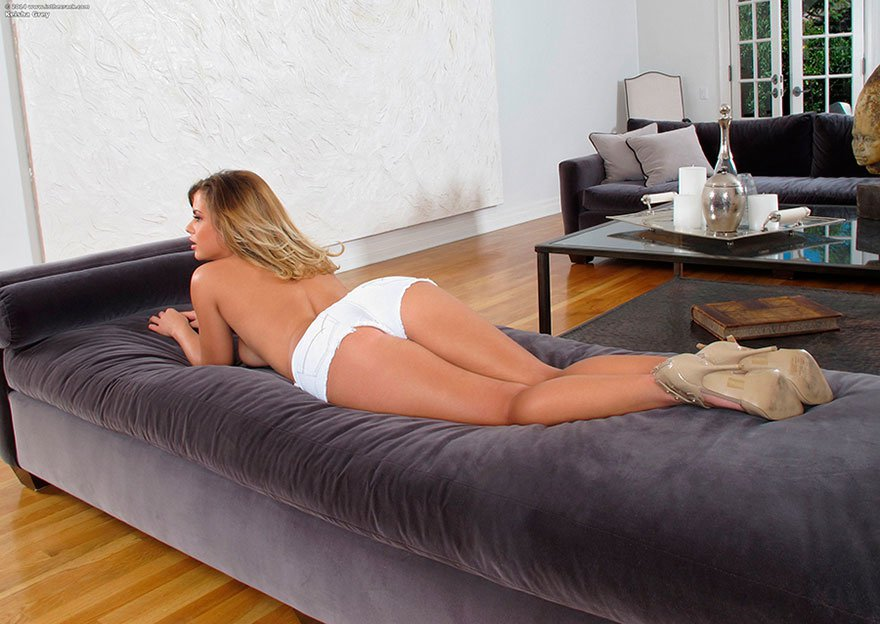 Соблазнительная девушка с аппетитной фигурой - голая красота