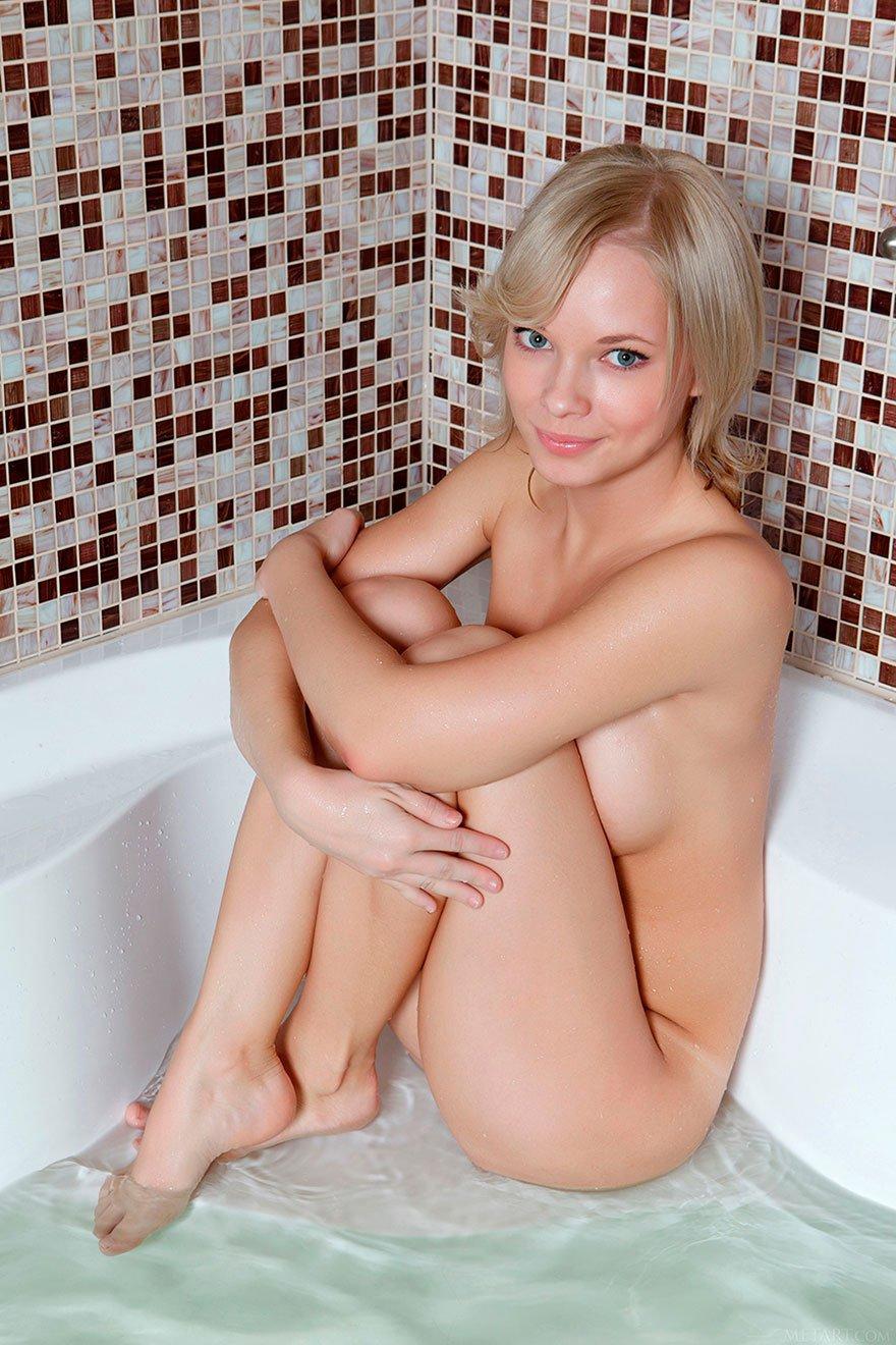 Милая блондинка в душевой - ххх фото