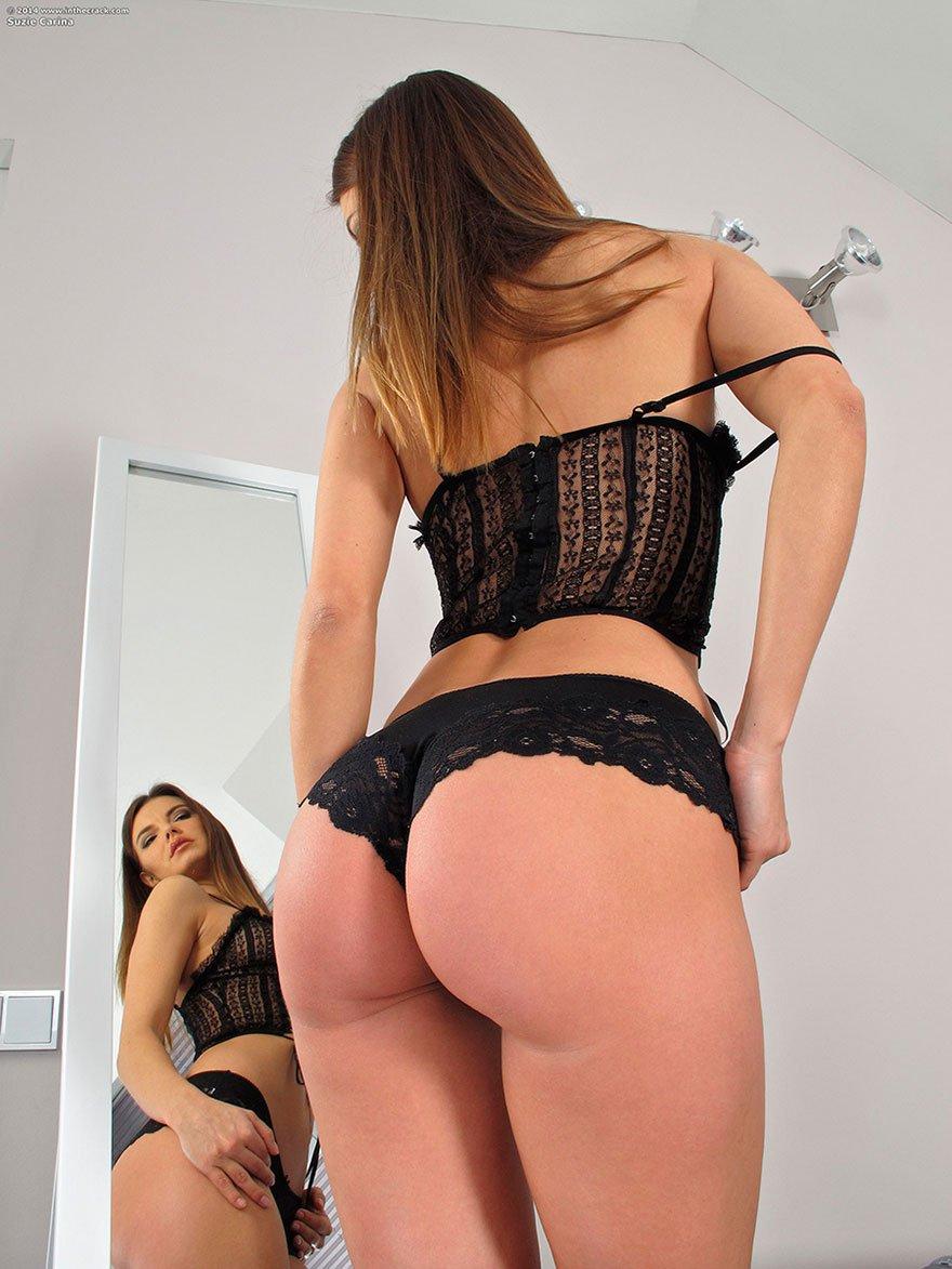 Красавица с громадной задницей в кружевных бикини - обнаженка