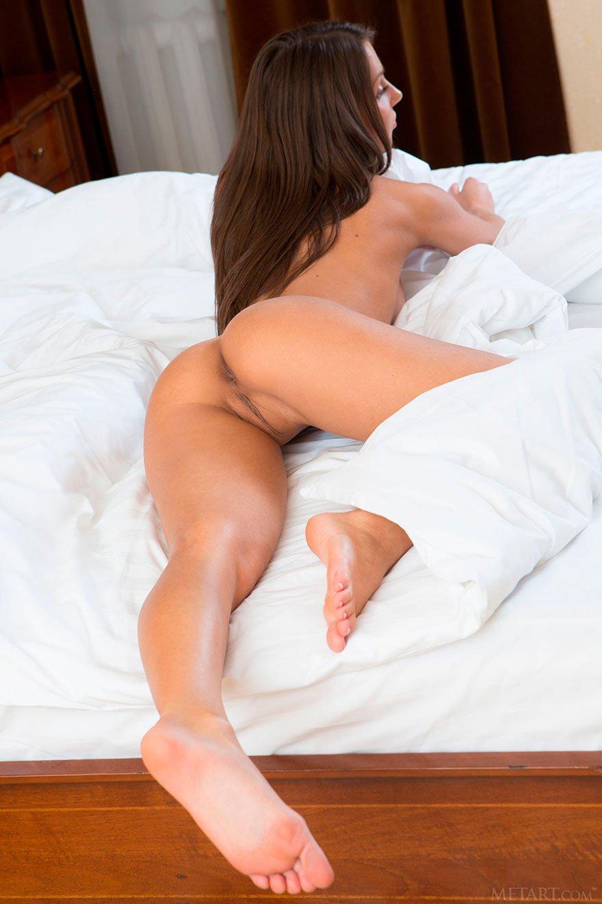 Эротические изображения 19-летней девушки в спальне секс фото