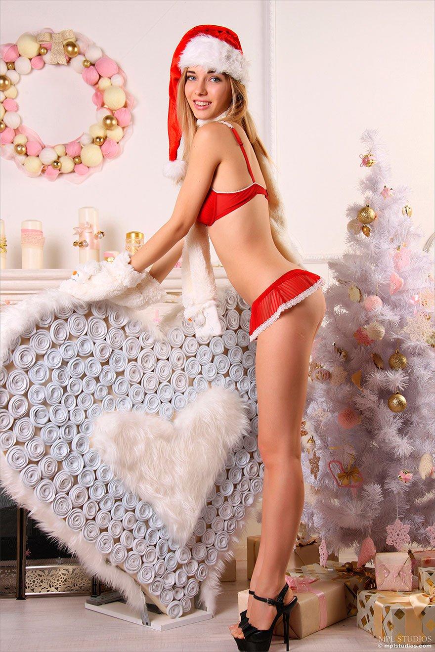 Эротика на рождество голая под елкой