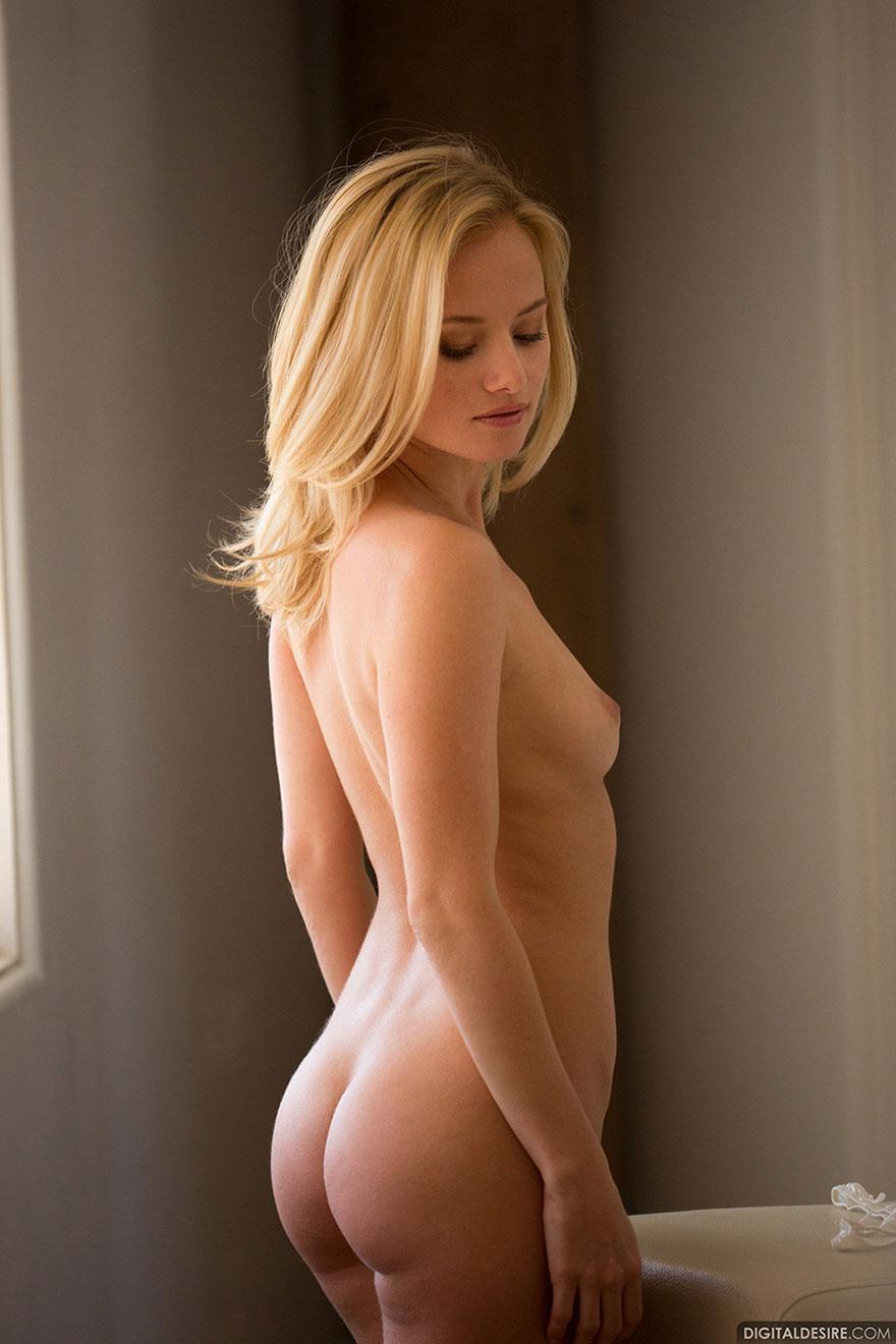 Эро картинки голой блондинки рядом с окном секс фото