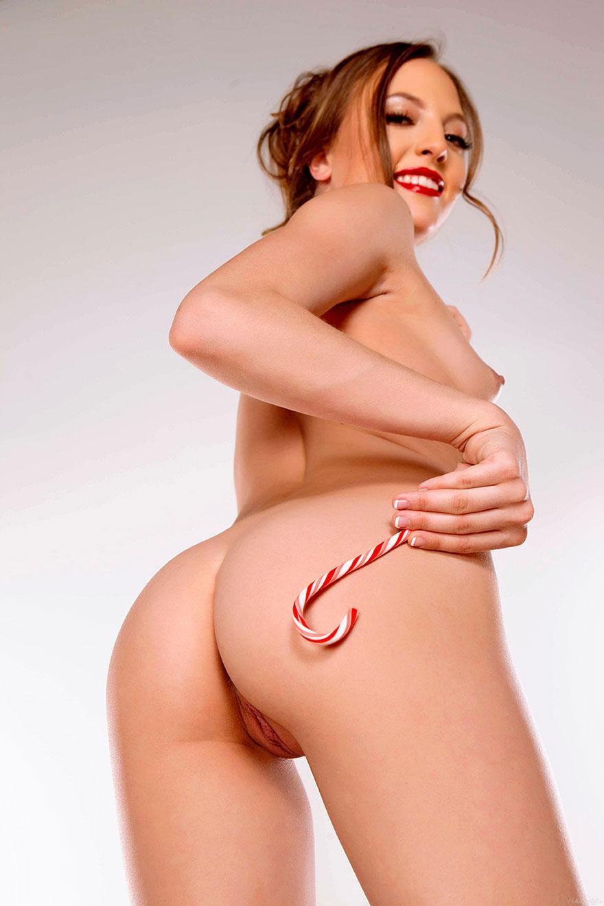 Яркая красотка в сексуальном красном боди