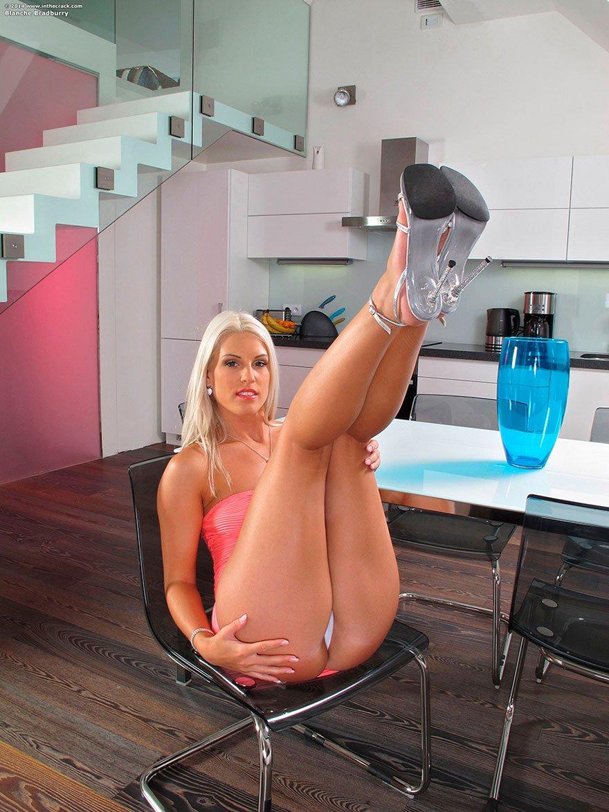 Блонди с изящной раздетой попкой - фото клубничка