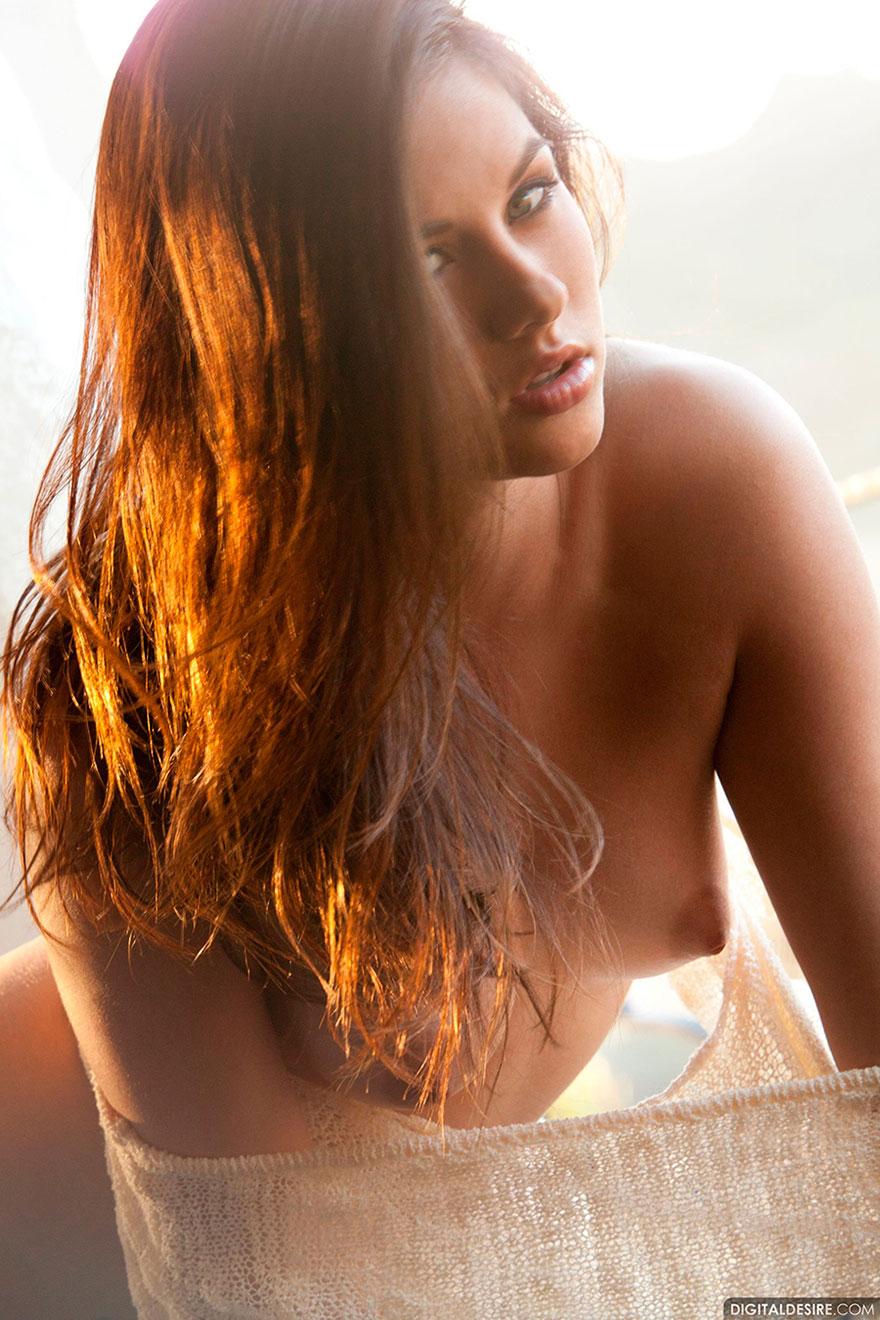 Фото молоденькой брюнетки с красивой грудью в белых чулках