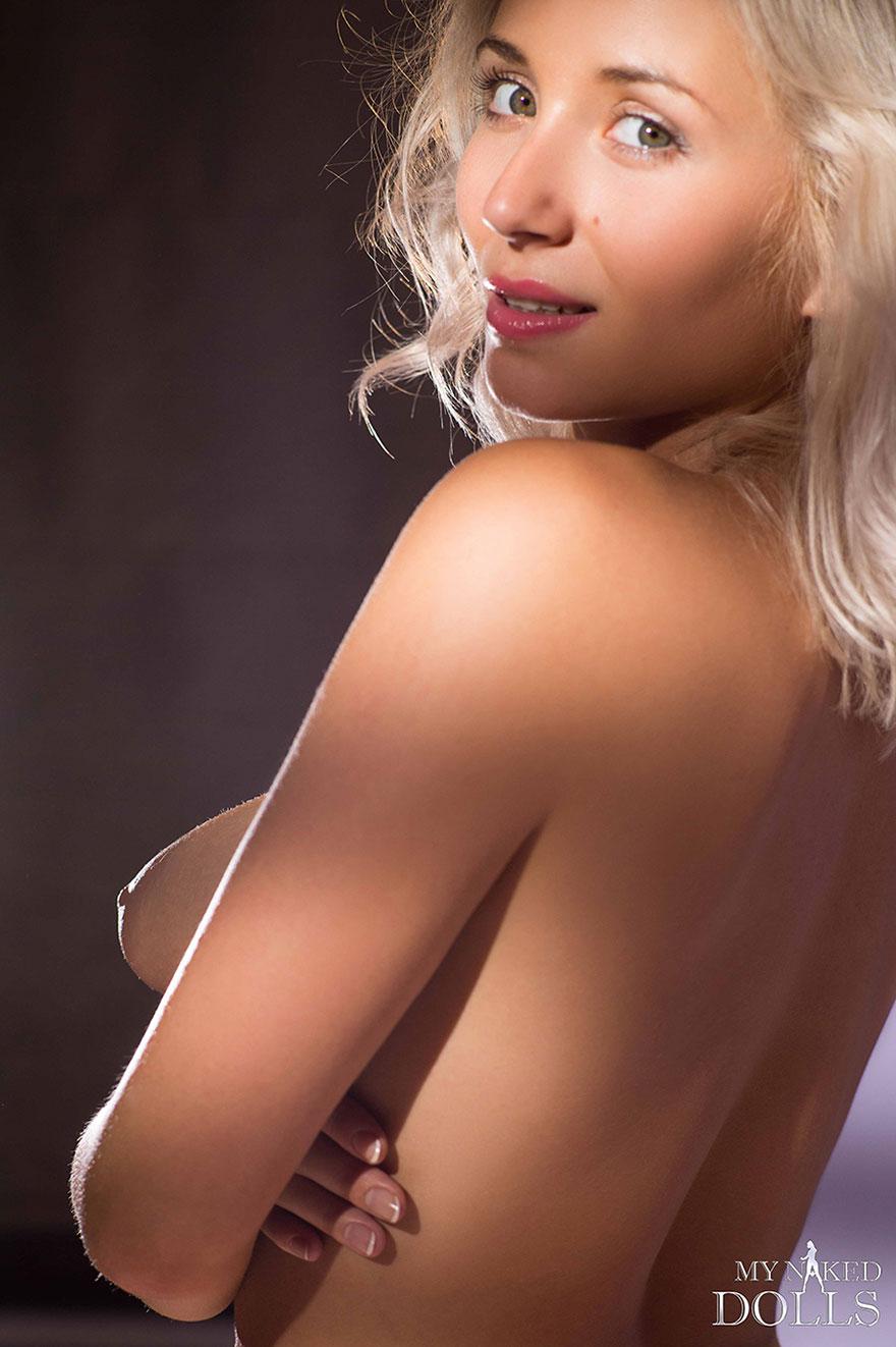 Эро фотки блондинки с гигантскими сиськами