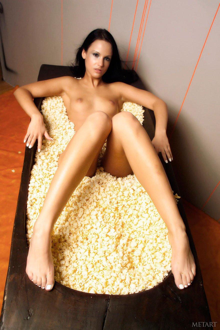 Загорелая голая брюнетка в попкорне - фото эротика