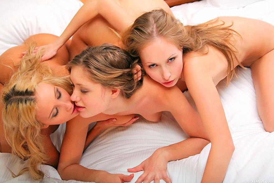 Три девахи - милые обнаженные блондиночки в кровати секс фото