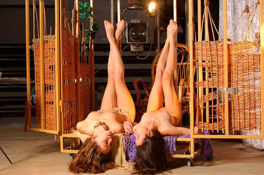 Эротические фото двух молоденьких девушек