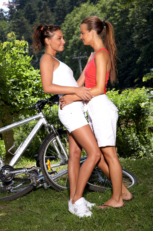 Секс две девки вдуше с раздеванием 16 фотография