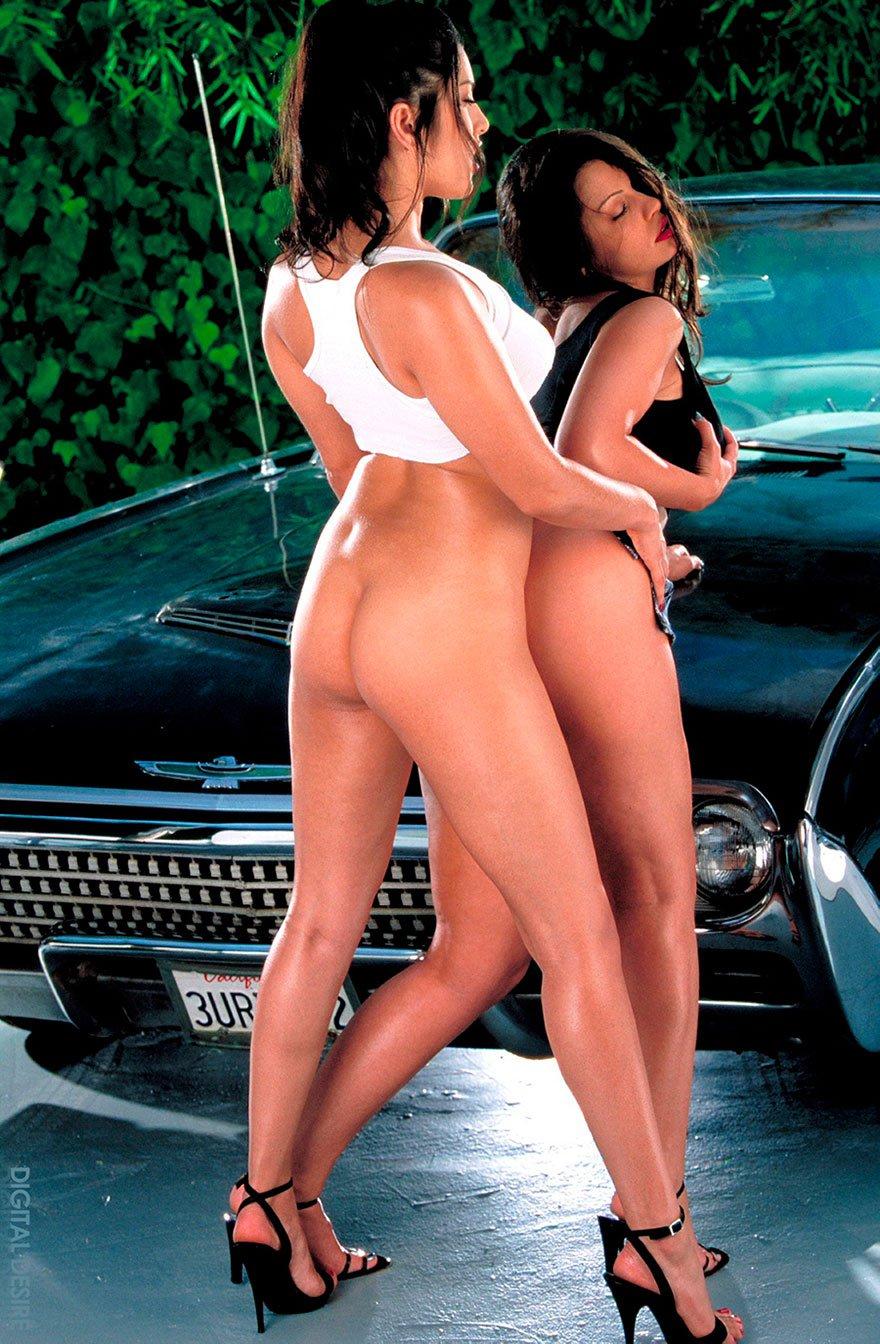 Две горячие брюнетки и авто - фото эротика