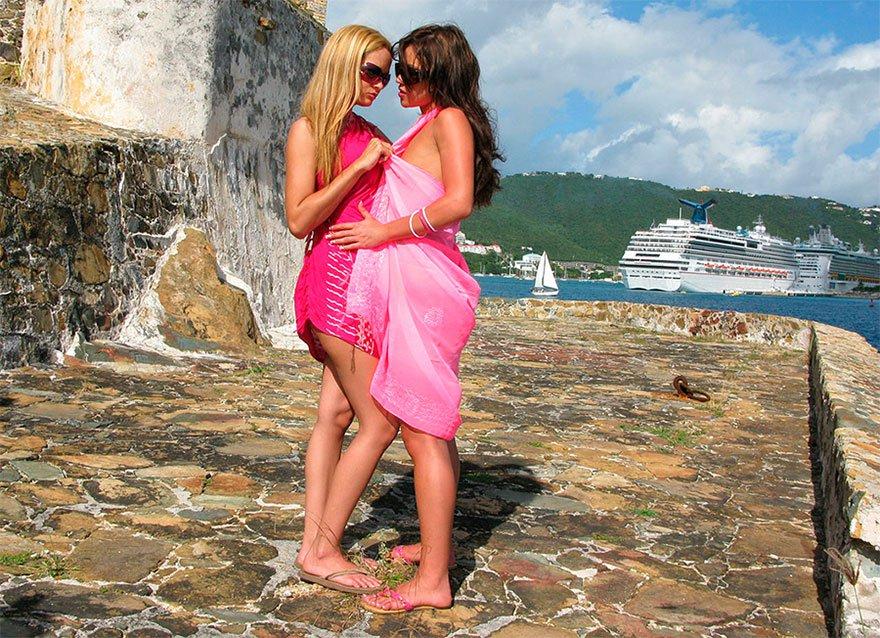 Две нагие туристки на отдыхе смотреть эротику