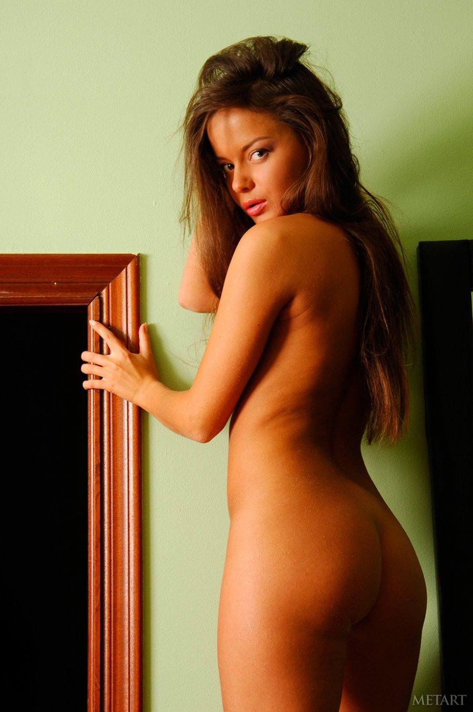 Загорелая брюнетка с длинными волосами - фото эротика