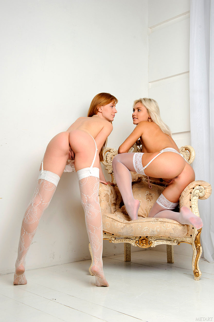 dve-krasivie-golie-blondinki