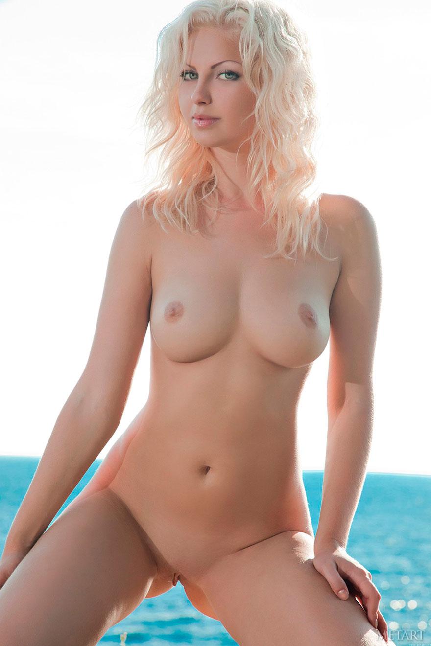 Сексапильная побритая блондиночка с милыми сиськами в воде
