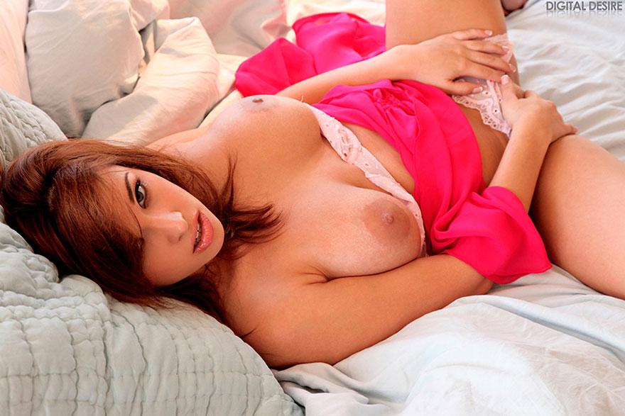 Красотка с большой грудью раздевается в спальне