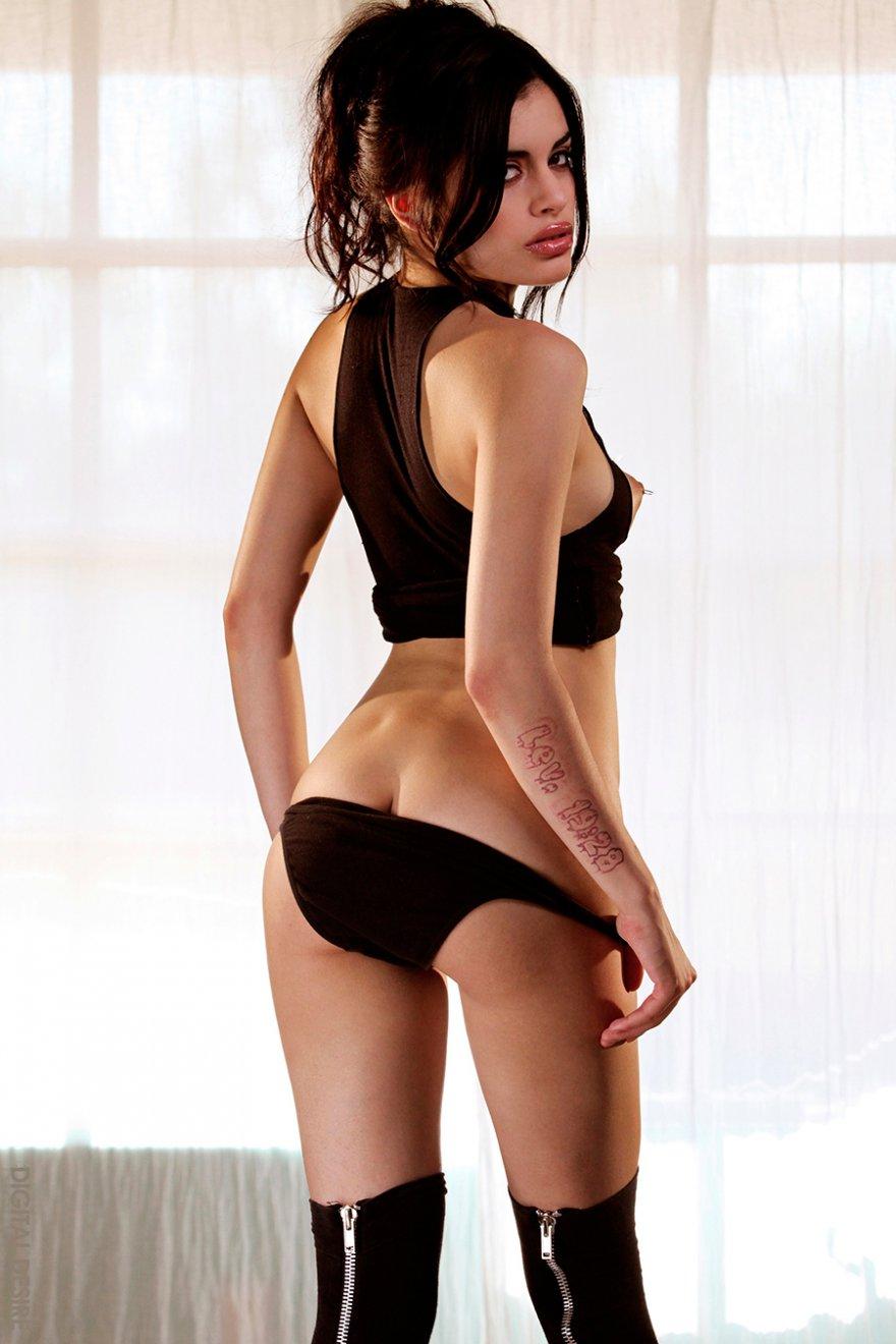 Сексуальная брюнетка с голыми сиськами