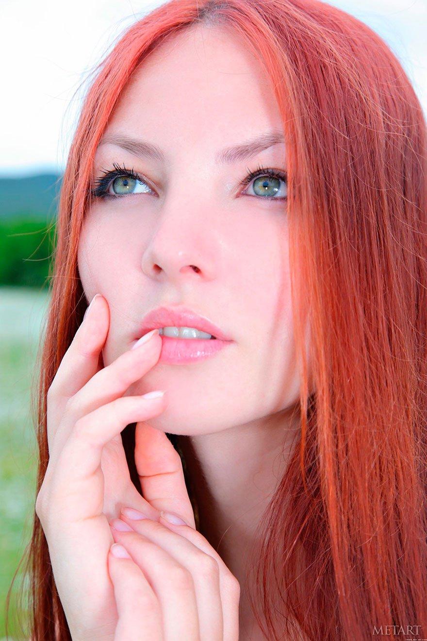 Рыжая красавица с зелеными глазами - эротика на природе