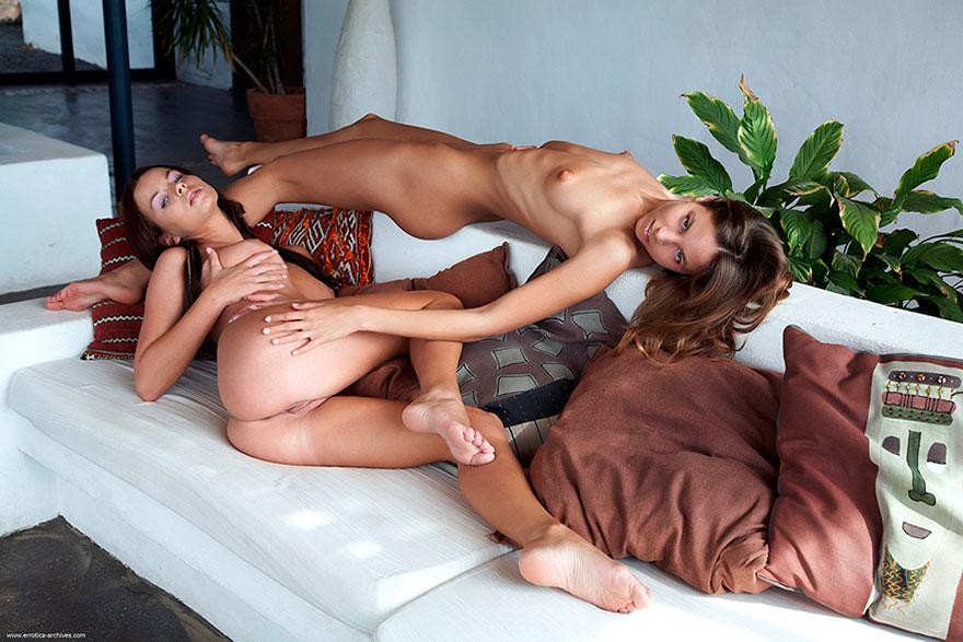 Эро фотки 2-х голых девах в гостиной