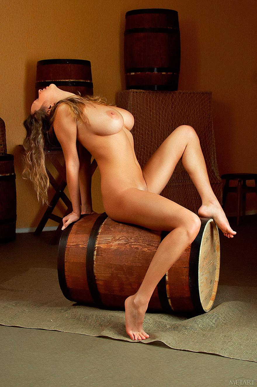 Эротические фото грудастой девицы на бочке