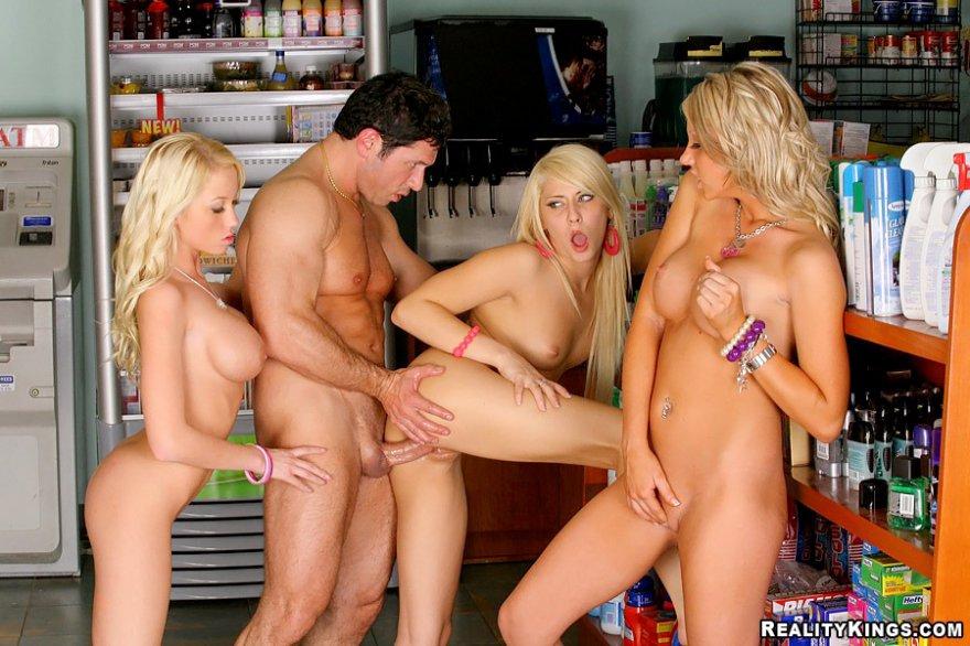 Три грудастые блондиночки играются с юнцом