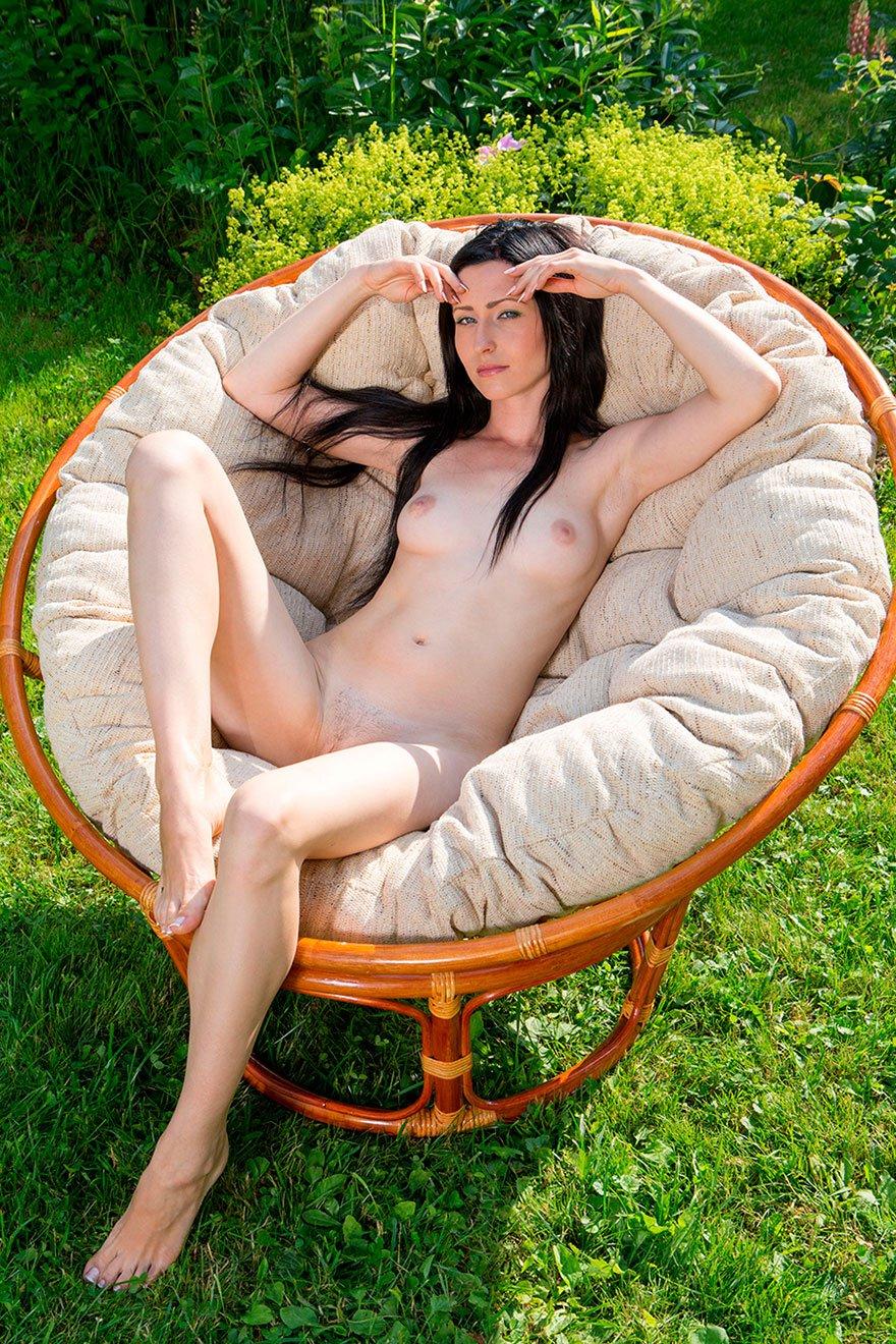 Голубоглазая русая порноактрисса в красивом парке с сочными цветами смотреть эротику