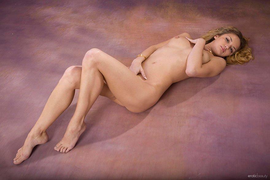 Эротические фото красивой голой блондинки на полу