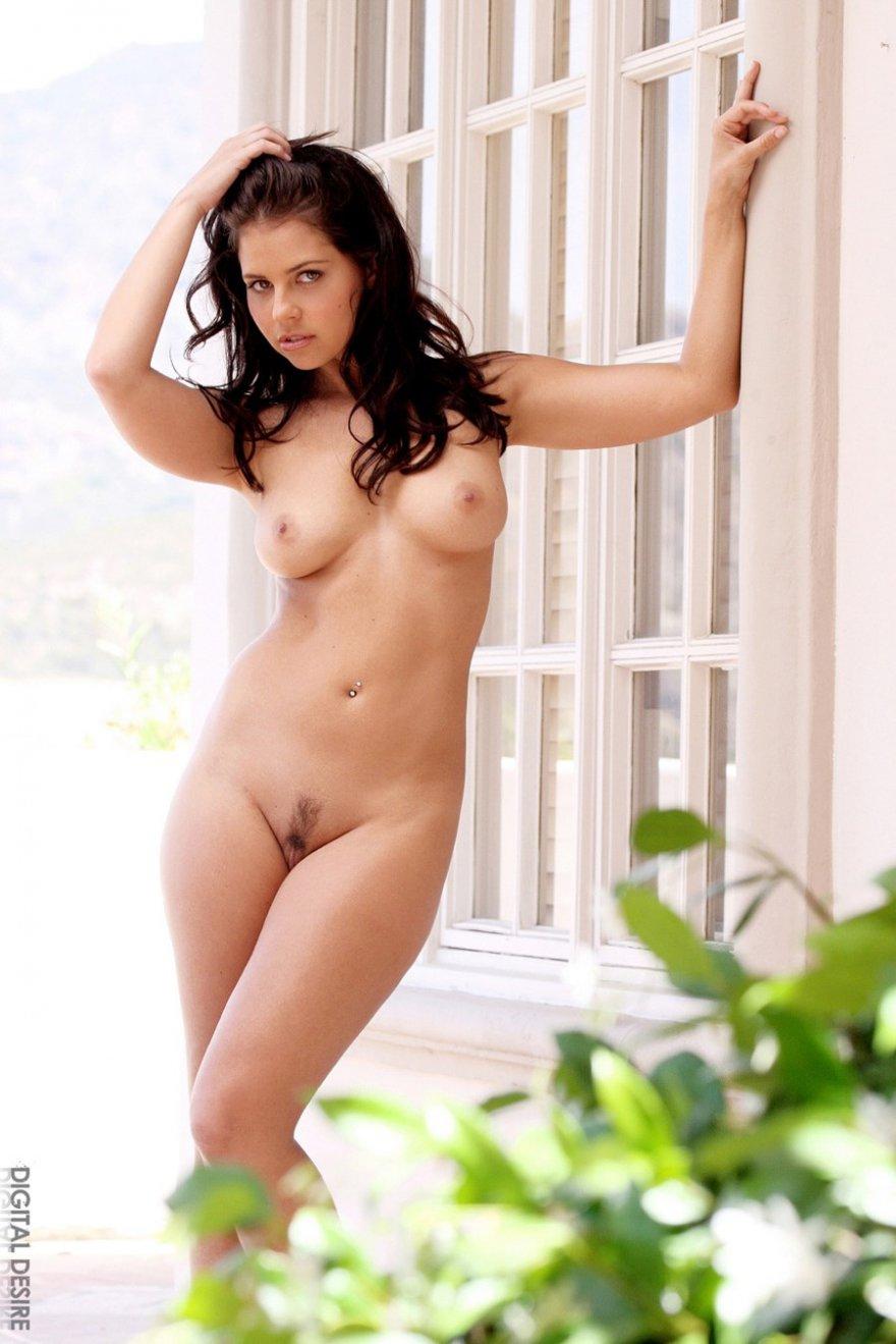 Привлекательная проститутка в мини шортиках раздевается
