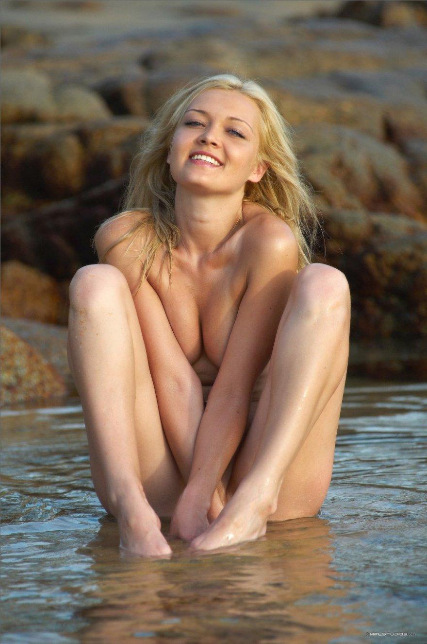 Обнаженная блондинка бахвалится в море - клубничка в естественной среде