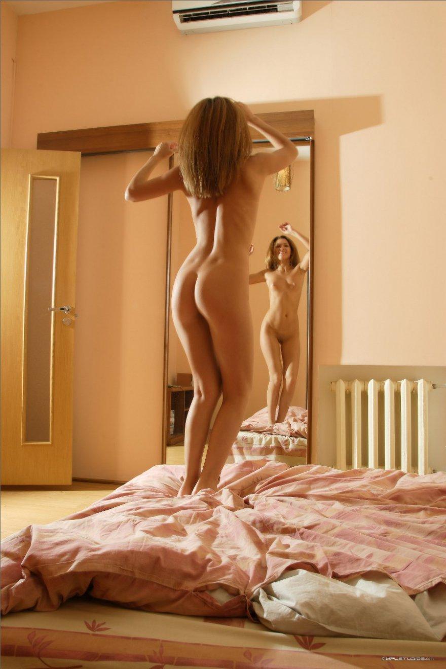 Хорошенькая совершеннолетняя баба перед зеркалом