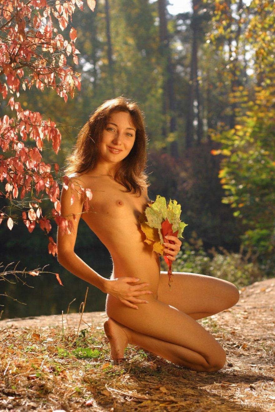 гуляет голой в осеннем лесу видео