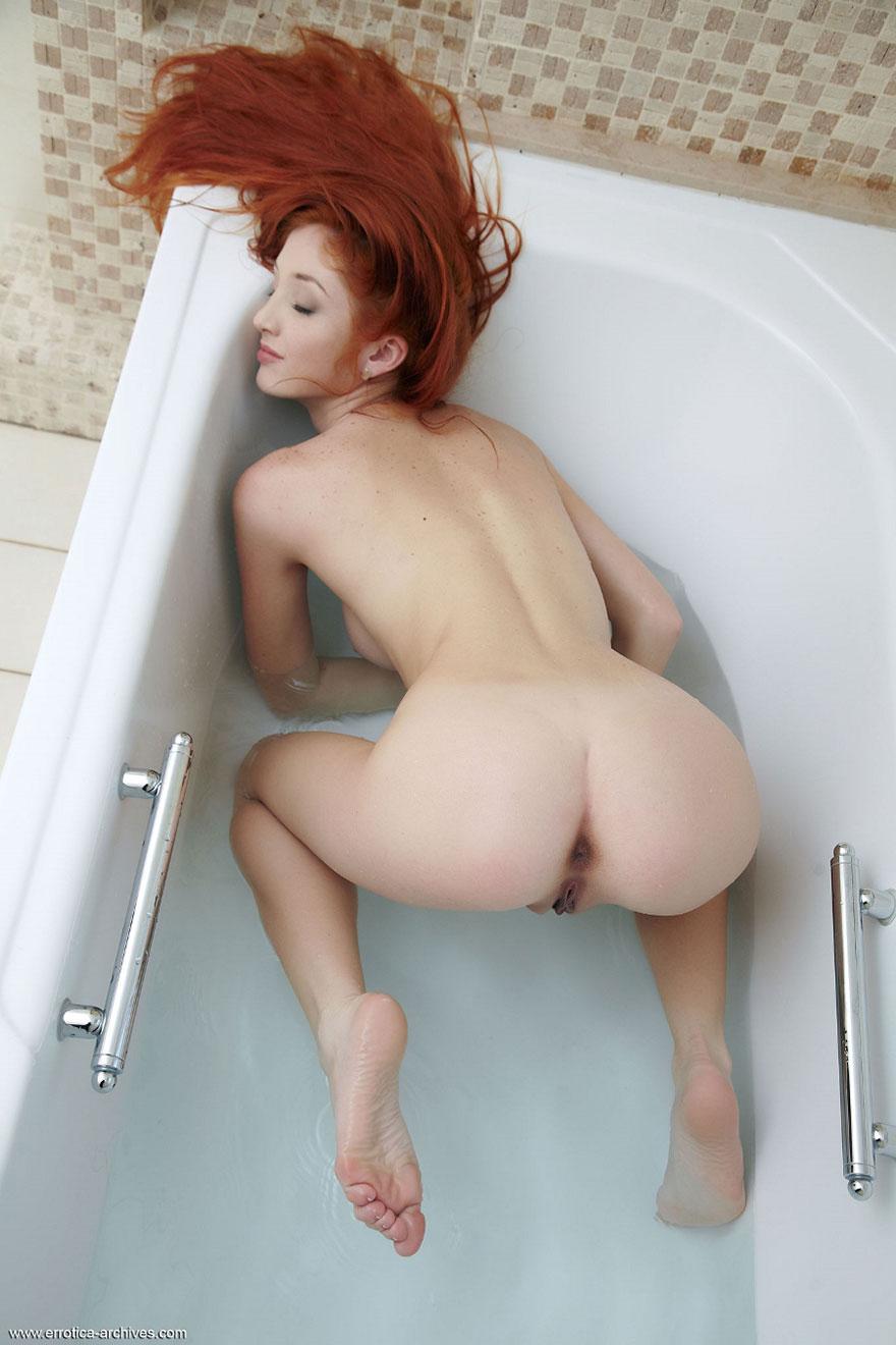 Эротические фото рыжей девушки с длинными волосами
