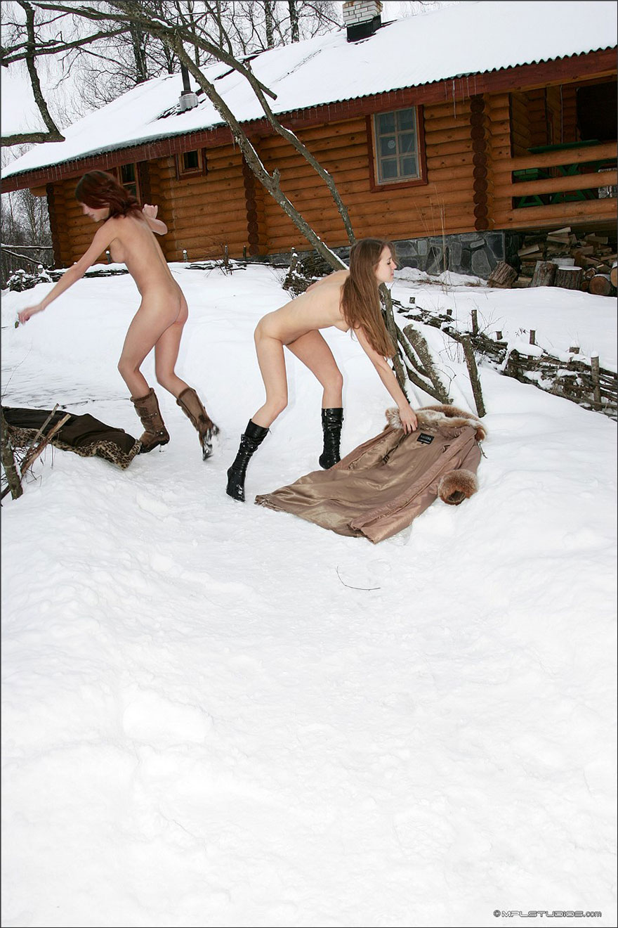 Две симпатичные голые девчонки разделись на снегу