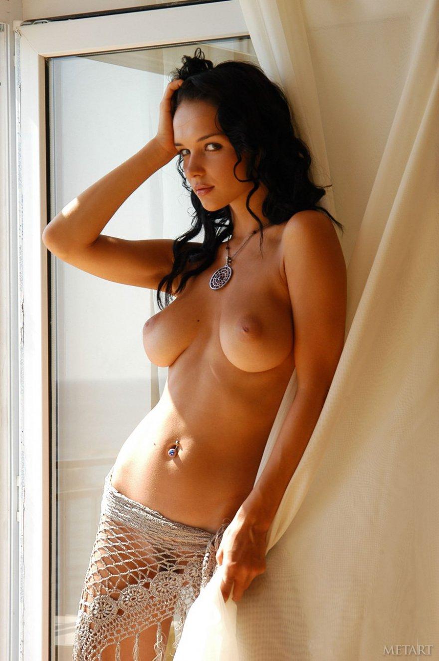 Стройная брюнетка с идеальными буферами у окна смотреть эротику