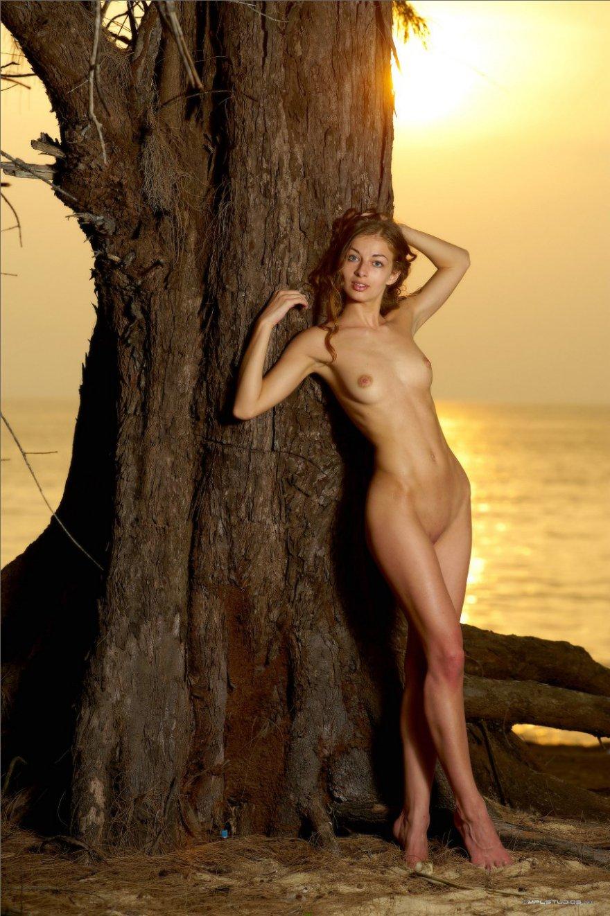 Эротические изображения возбужденной сучки со свелыми волосами на морском берегу