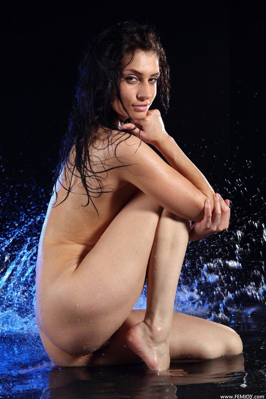 Фотки эротики мокрой стройняшки с красивой грудью