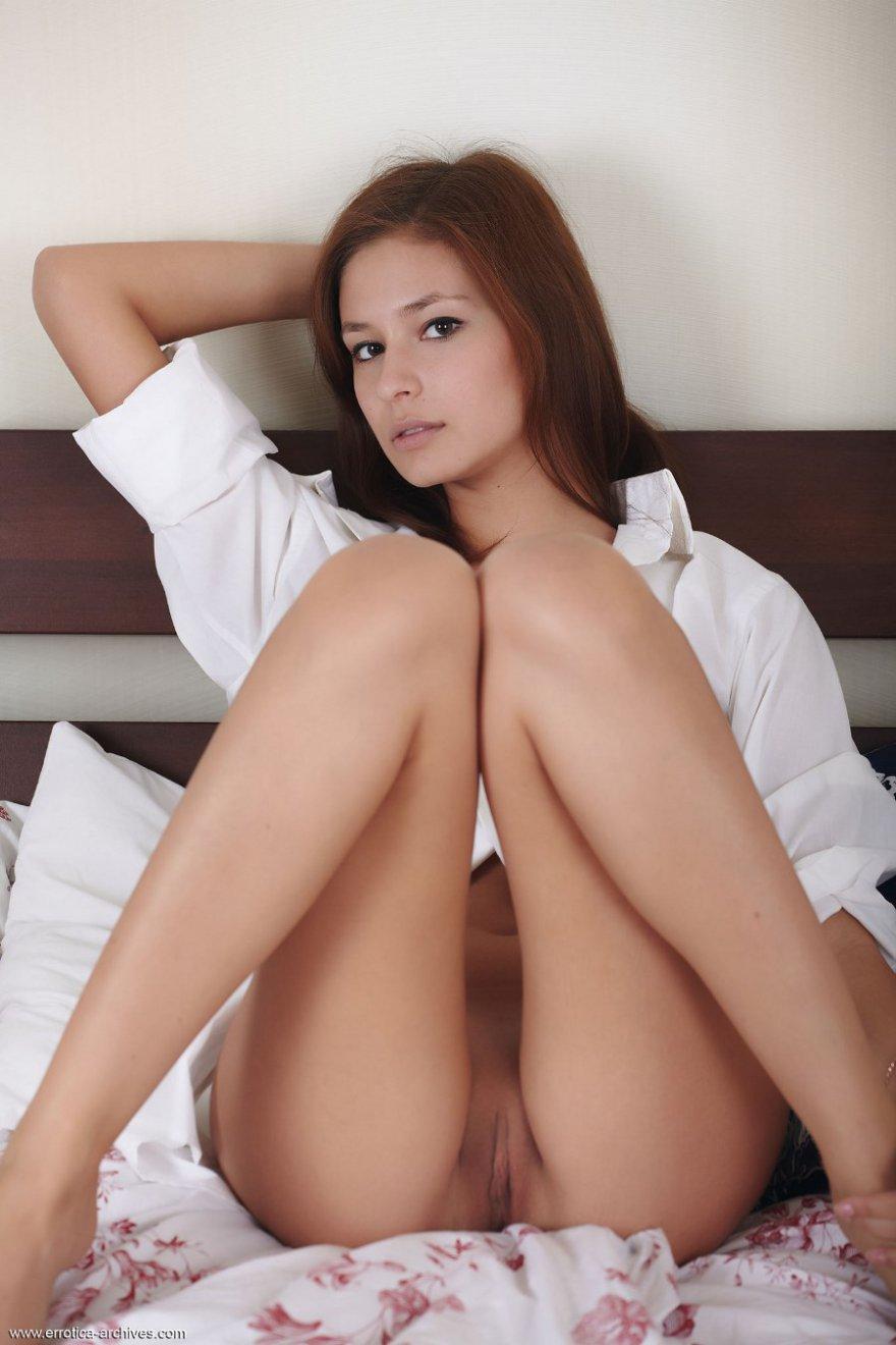 Девушка в белой рубашке отдыхает с бокалом вина