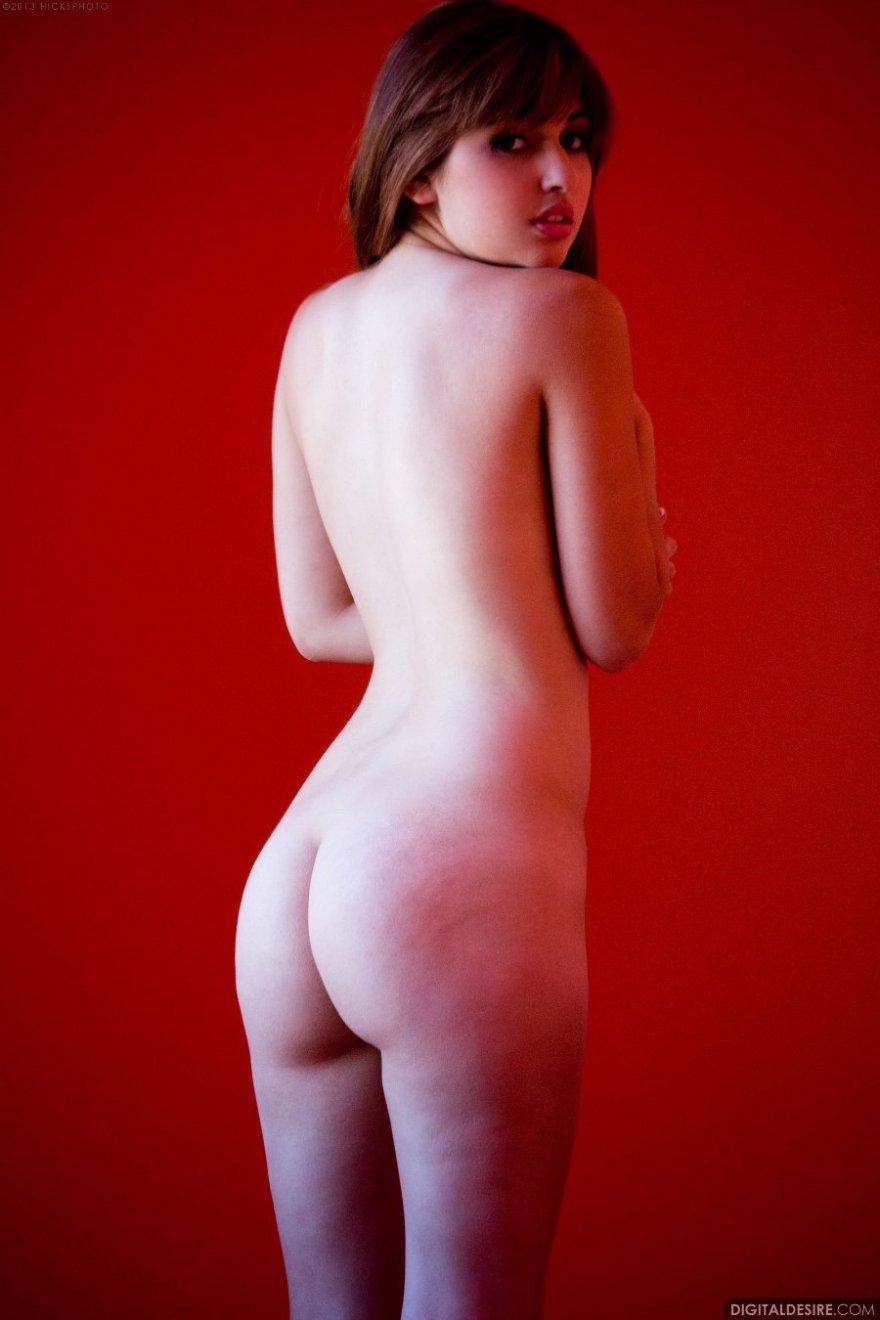 Эро картинки юной девки в красной комнате